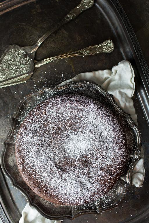 The easiest flourless chocolate cake ever!!
